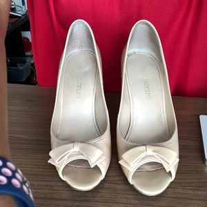 ENZO ANGIOLINI Beige Patent Open Toe Pump with Bow